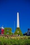 BUENOS AIRES ARGENTINA - MAJ 02, 2016: initialerna av namnet av staden som göras av växter som är främsta av obelisken Royaltyfri Fotografi