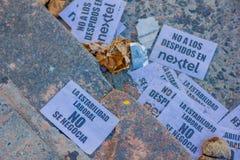 BUENOS AIRES ARGENTINA - MAJ 02, 2016: legitimationshandlingar som lägger på gatan med meddelanden mot en telefonbolag Royaltyfri Bild