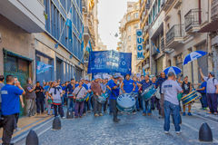 BUENOS AIRES ARGENTINA - MAJ 02, 2016: oidentifierad folksingingd och spelavalsar i en protest mot en allmänhet Arkivbild