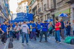 BUENOS AIRES ARGENTINA - MAJ 02, 2016: oidentifierad man som protesterar mot massiva friställningar i ett offentligt företag på Royaltyfri Fotografi
