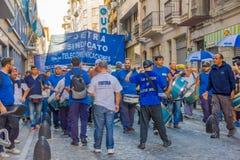 BUENOS AIRES ARGENTINA - MAJ 02, 2016: oidentifierade män som sjunger och marscherar mot några telefonbolag Royaltyfri Foto