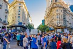 BUENOS AIRES ARGENTINA - MAJ 02, 2016: oidentifierat folk som marscherar och protesterar på gatan mot det massivt Arkivfoto