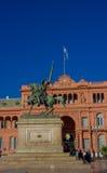 BUENOS AIRES ARGENTINA - MAJ 02, 2016: staty av generalen Manuel Belgrano i framdelen av det rosa huset som in lokaliseras Arkivbild