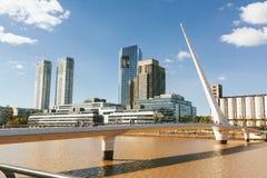 BUENOS AIRES, ARGENTINA - MAYO 09, 2017: Ponte del pedestr della donna Immagine Stock