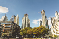 BUENOS AIRES ARGENTINA - MAYO 09, 2017: Skyskrapor modern hig Arkivfoto