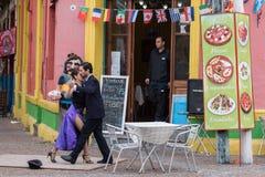 BUENOS AIRES, ARGENTINIË - MEI, 9 2015 - tangodanser in La-boca schilderde huis in Buenos aires stock foto's