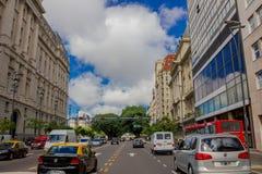 BUENOS AIRES, ARGENTINIEN - 2. MAI 2016: normaler Verkehr in der Straße an einem sonnigen Tag Stockbilder