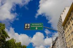 BUENOS AIRES ARGENTYNA, MAJ, - 02, 2016: Ezeiza lotniska międzynarodowego sygnał w ulicie Zdjęcie Stock