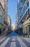BUENOS AIRES ARGENTYNA, MAJ, - 02, 2016: pusta ulica bez ruchu drogowego i niektóre motocykle parkujący w chodniczku Obrazy Stock