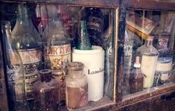 Alte botles in Antiquitätengeschäft Sans Telmo Stockbilder