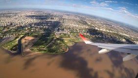 Buenos Aires flyg- sikt med Rio de la Plata arkivbilder