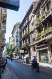 Buenos Aires, la Argentina - 9 de abril de 2015: Conducción abajo de la calle Fotografía de archivo