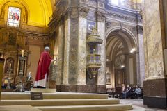 Buenos- Airesstaat Argentinien 06/10/2014 Katholischer Priester während der Masse in der Stadtkathedrale, San Martin, Buenos Aire lizenzfreie stockfotografie