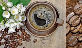 Buenos días flores del café y del jazmín de la mañana en una tabla de madera Imágenes de archivo libres de regalías