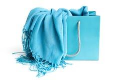 Bufanda azul en bolso de compras Fotos de archivo