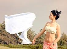 Bufanda blanca de la mujer joven que sopla lejos en el viento imagen de archivo