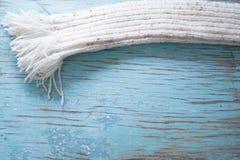 Bufanda blanca del invierno en tableros azules Fotografía de archivo