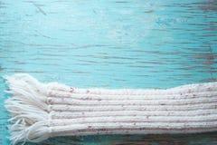 Bufanda blanca del invierno en tableros azules Imágenes de archivo libres de regalías
