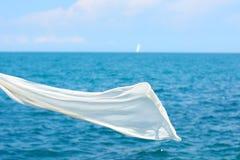 Bufanda blanca sobre fondo del mar Imagen de archivo
