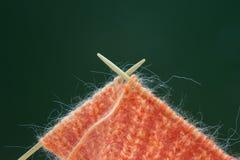 Bufanda colorida anaranjada del moer de la mezcla que hace punto y agujas que hacen punto El principio del paño del punto de la c Fotografía de archivo libre de regalías