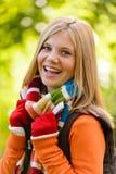 Bufanda colorida sonriente del adolescente de la muchacha feliz del otoño Imagen de archivo libre de regalías
