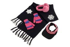 Bufanda de la lana negra con guantes rosados a juego, un sombrero del visera y las orejeras Fotos de archivo