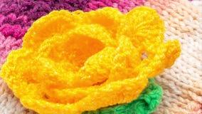 Bufanda hecha punto con la flor Acercamiento, enfocando 4K metrajes