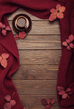 Bufanda hecha punto del color de Borgoña con hojas de otoño y una taza de Fotografía de archivo libre de regalías