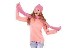 Bufanda linda y casquillo que llevan sonrientes de la muchacha aislados Fotos de archivo