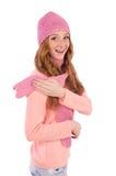 Bufanda linda y casquillo que llevan sonrientes de la muchacha aislados Fotos de archivo libres de regalías