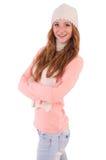 Bufanda linda y casquillo que llevan sonrientes de la muchacha aislados Foto de archivo