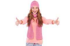 Bufanda linda y casquillo que llevan sonrientes de la muchacha aislados Imágenes de archivo libres de regalías