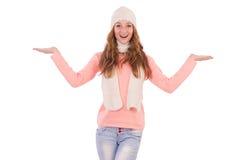Bufanda linda y casquillo que llevan sonrientes de la muchacha aislados Imagen de archivo