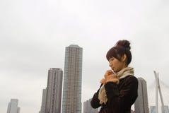 Bufanda que desgasta de la mujer joven Imagen de archivo libre de regalías
