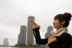 Bufanda que desgasta de la mujer joven Fotos de archivo libres de regalías