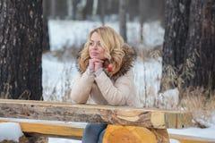 Bufanda roja del invierno de la muchacha rubia del retrato Foto de archivo libre de regalías