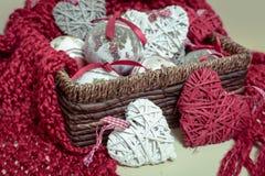 Bufanda roja hecha punto lanas naturales Decoraciones de la Navidad bajo la forma de bolas y en forma de corazón Imagen de archivo libre de regalías