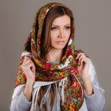 Bufanda tradicional nacional rusa en su cabeza Fotografía de archivo libre de regalías