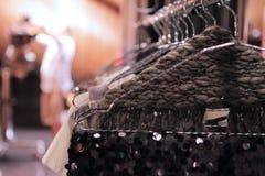 Bufanda verde oscuro adentro entre bastidores del desfile de moda Fotografía de archivo libre de regalías