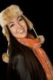Bufanda y sombrero adolescentes étnicos confiados del invierno que llevan Imagenes de archivo