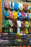Bufandas coloreadas en bazar magnífico imagen de archivo libre de regalías