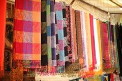 Bufandas coloridas en fila Fotografía de archivo
