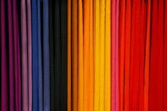 Bufandas coloridas en un estante Foto de archivo