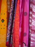 Bufandas coloridas en un mercado al aire libre Imagenes de archivo