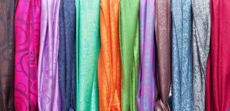 Bufandas coloridas para la venta. Fotografía de archivo