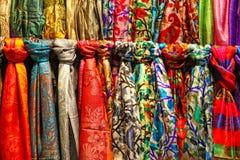 Bufandas de seda coloridas en una parada del mercado Imagen de archivo