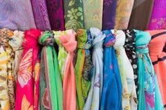 Bufandas de seda y de lana en el mercado en Asia sudoriental Foto de archivo