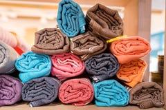 Bufandas, mantón o abrigo colorido en un estante de una tienda Colores de las materias textiles de la moda, complementación hermo Foto de archivo