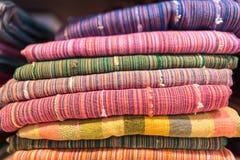 Bufandas, mantón o abrigo colorido en un estante de una tienda Colores de las materias textiles de la moda, complementación hermo Fotografía de archivo libre de regalías