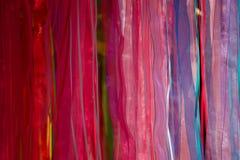Bufandas multicoloras que son exhibidas Imágenes de archivo libres de regalías